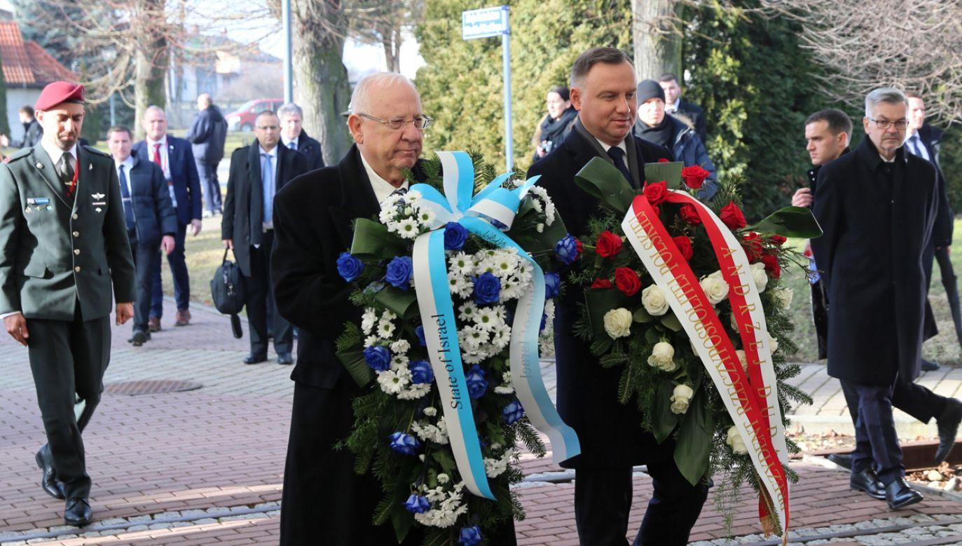 Prezydent RP Andrzej Duda (P) oraz prezydent Izraela Reuwen Riwlin (L) składają kwiaty przed pomnikiem rotmistrza Witolda Pileckiego (fot. PAP/Andrzej Grygiel)
