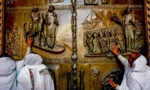 Brama, przez którą wchodzi się do bazyliki, zmienia nastrój. Fot. Godong/Universal Images Group via Getty Images