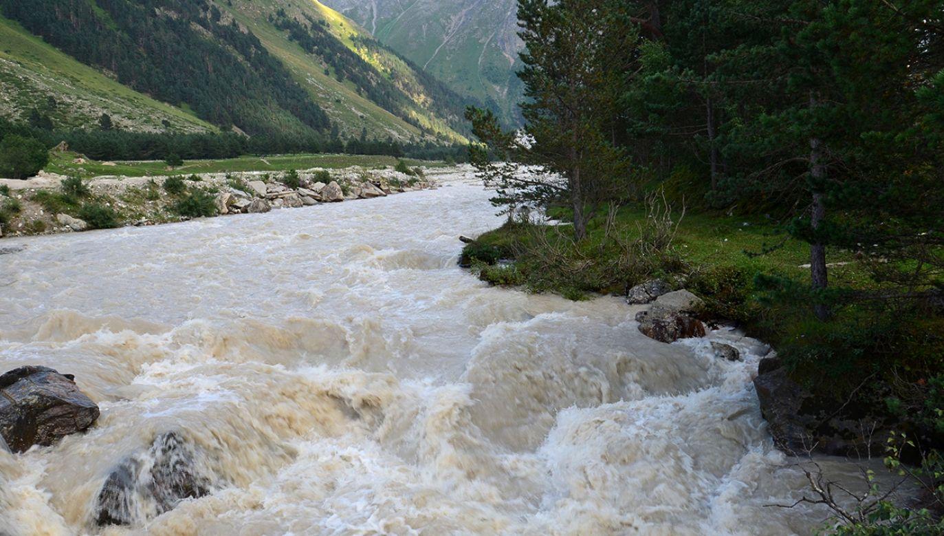 Na zniszczonych przez wodę odcinkach trasy, gdzie ruch pojazdów nie jest bezpieczny, zorganizowano przeprawę pieszą (fot. Shutterstock/Rinby)