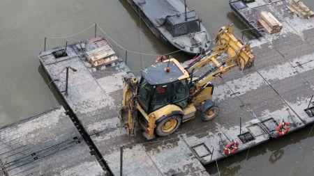 Trwają prace przy montażu mostu pontonowego na Wiśle pod rurociąg (fot. PAP/Tomasz Gzell)