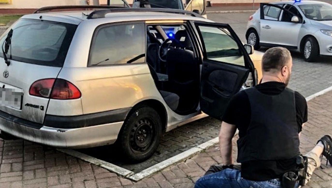 Kryminalni zatrzymali 46-latka na stacji benzynowej w Kołbaskowie (fot. Policja pomorska)