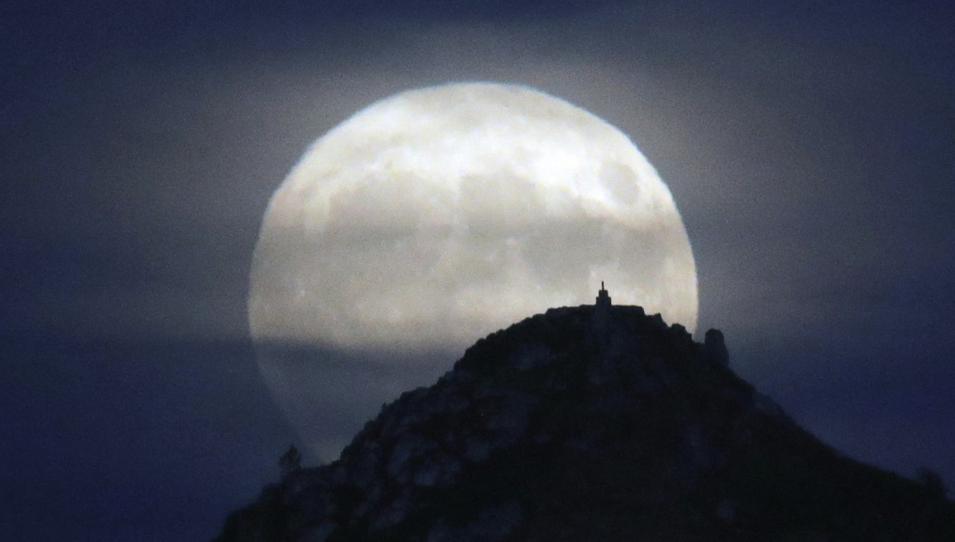 Pełnia Księżyca Żniwiarzy nad górą Pico Sacro w Santiago de Compostela w Hiszpanii (fot. PAP/EPA/LAVANDEIRA JR)
