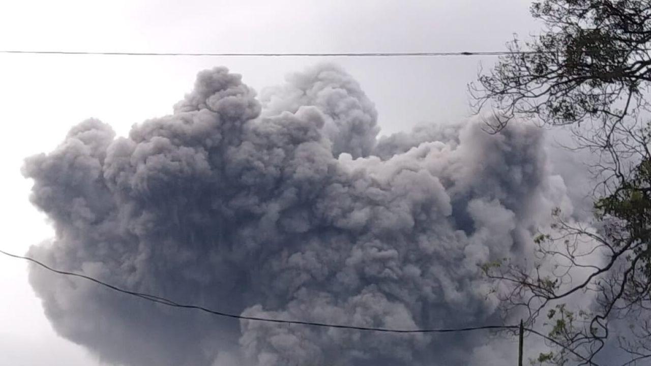 Poprzednia erupcja Semeru nastąpiła w grudniu ub. roku (fot. PAP/EPA)