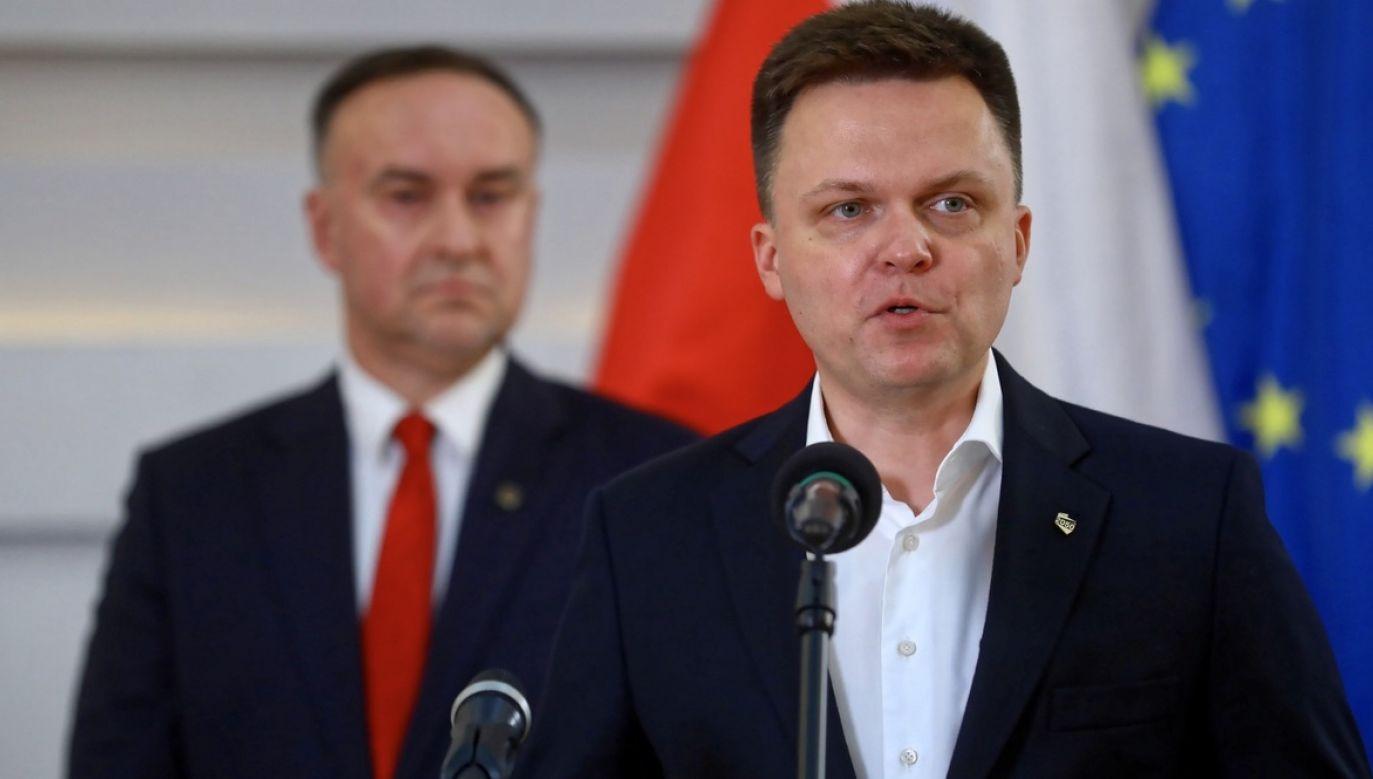 Szymon Hołownia (z prawej) i szef przyszłego ugrupowania Michał Kobosko (w tle) (fot. PAP/Rafał Guz)