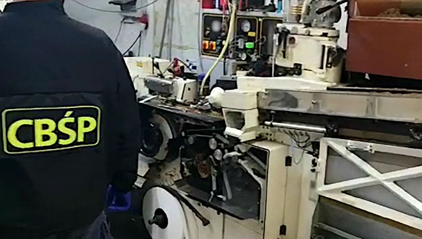Likwidacja fabryki podrabianych papierosów (fot. CBŚP, zdjęcie ilustracyjne)