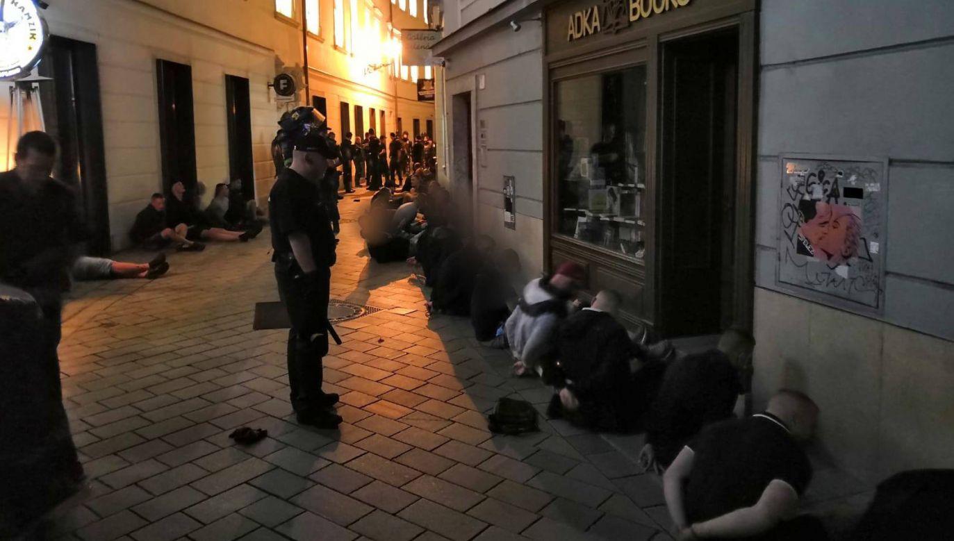 Po bijatyce policja zatrzymała w centrum Bratysławy 107 osób: 51 Bułgarów, 41 Polaków i 15 Holendrów (fot. FB/ Polícia Slovenskej republiky)
