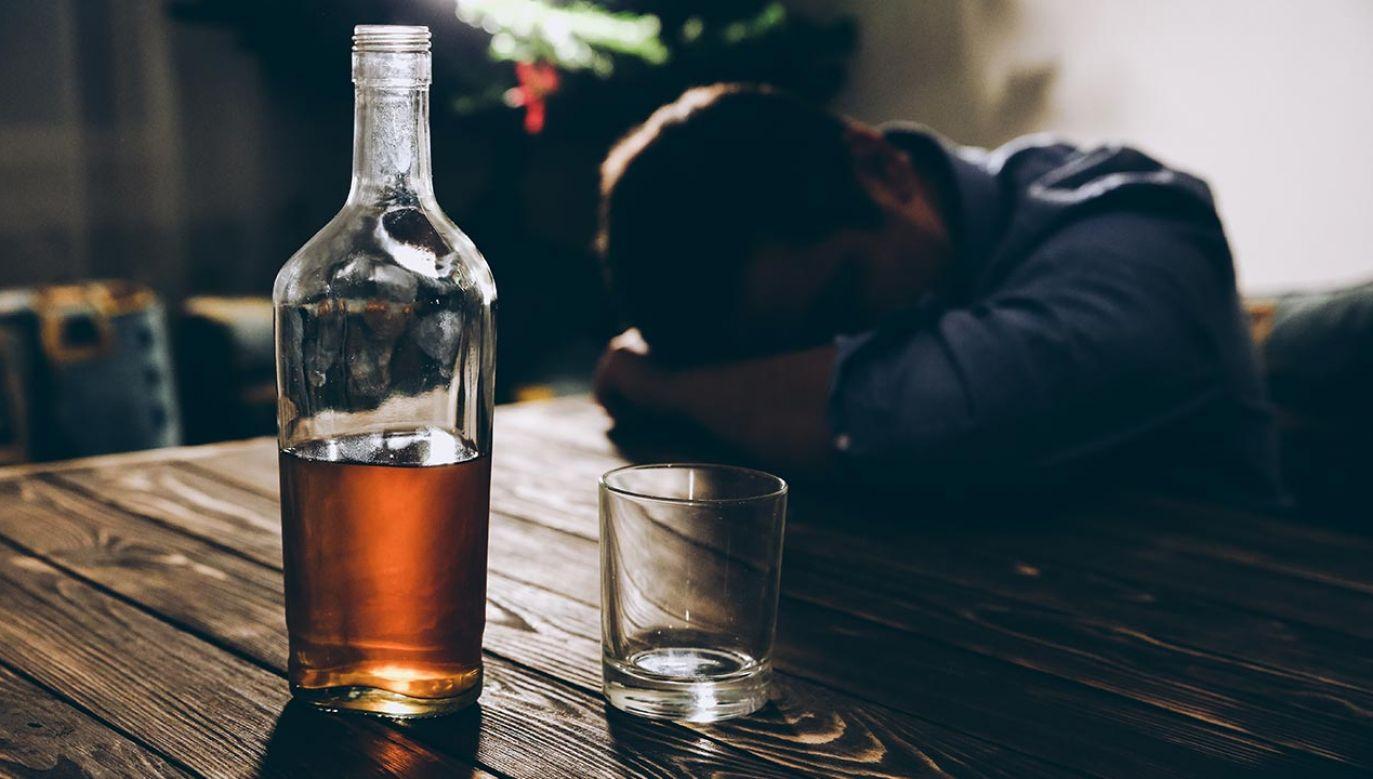 Rzecznik Episkopatu zwraca uwagę na problem nadużywania alkoholu w Polsce (fot. Shutterstock/Only_NewPhoto)