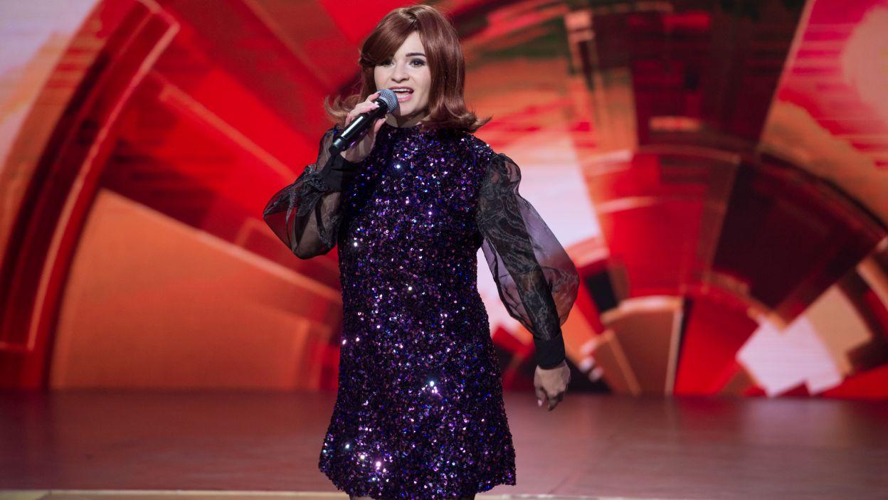 """W muzyczny nastrój wprowadziła wszystkich Ewelina Lisowska, która niczym Nancy Sinatra zaśpiewała """"These Boots Are Made For Walkin'"""" (fot. TVP)"""