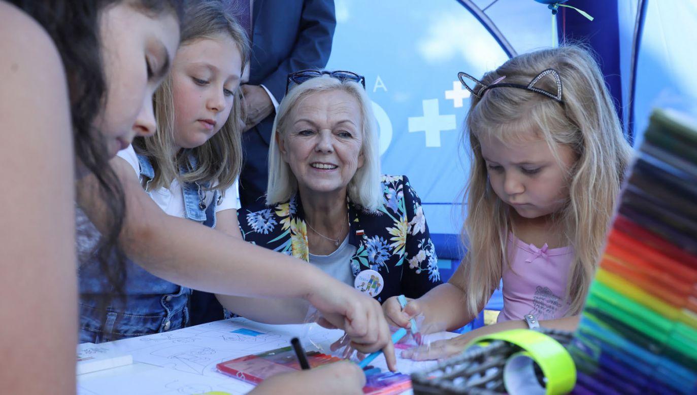 Minister rodziny, pracy i polityki społecznej Bożena Borys-Szopa  podczas pikniku rodzinnego w ogrodzie dworku w Sulejówku (fot. PAP/Paweł Supernak)