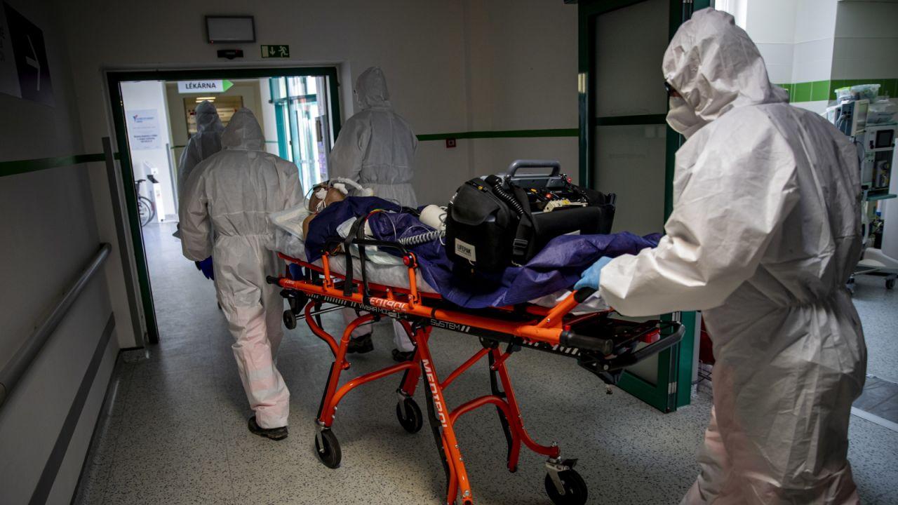 Premier Babisz uzasadnił decyzję pojawieniem się nowych wariantów koronawirusa (fot. EPA/MARTIN DIVISEK)