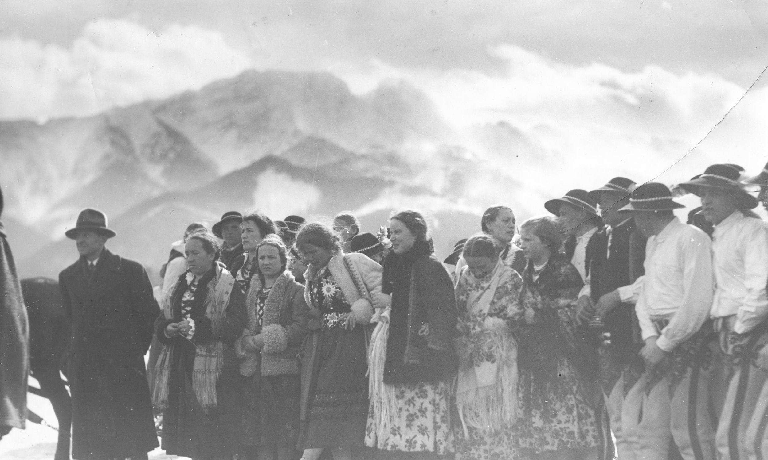 Obchody Święta Zimy w Zakopanem. Grupa górali podczas uroczystości na Równi Krupowej. Luty 1935. Fot. NAC/IKC, sygn. 1-P-3658-44