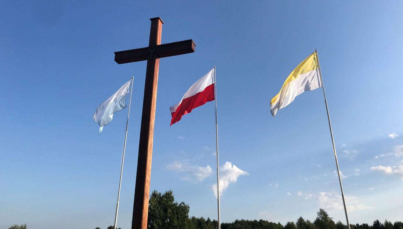 Minister Mariusz Błaszczak złożył wieniec przy krzyżu upamiętniającym bohaterską śmierć ks. Ignacego Skorupki w Ossowie, w ramach obchodów 100. Rocznicy Bitwy Warszawskiej 1920 roku (fot.Twitter/MON_GOV_PL)