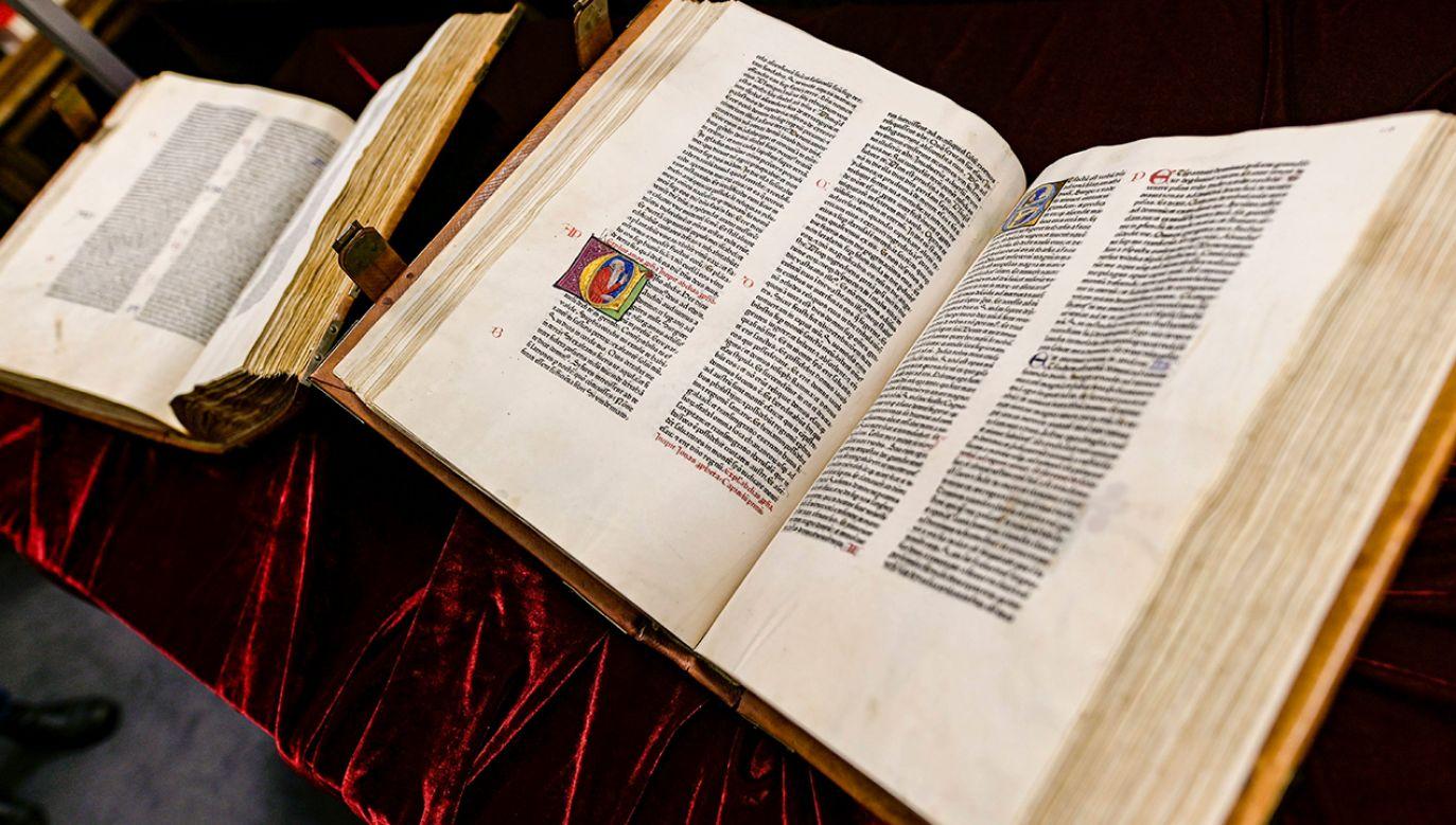 """Dwutomowa """"Biblia Latina"""" ukazała się w 1462 roku (fot. PAP/DPA/Axel Heimken)"""
