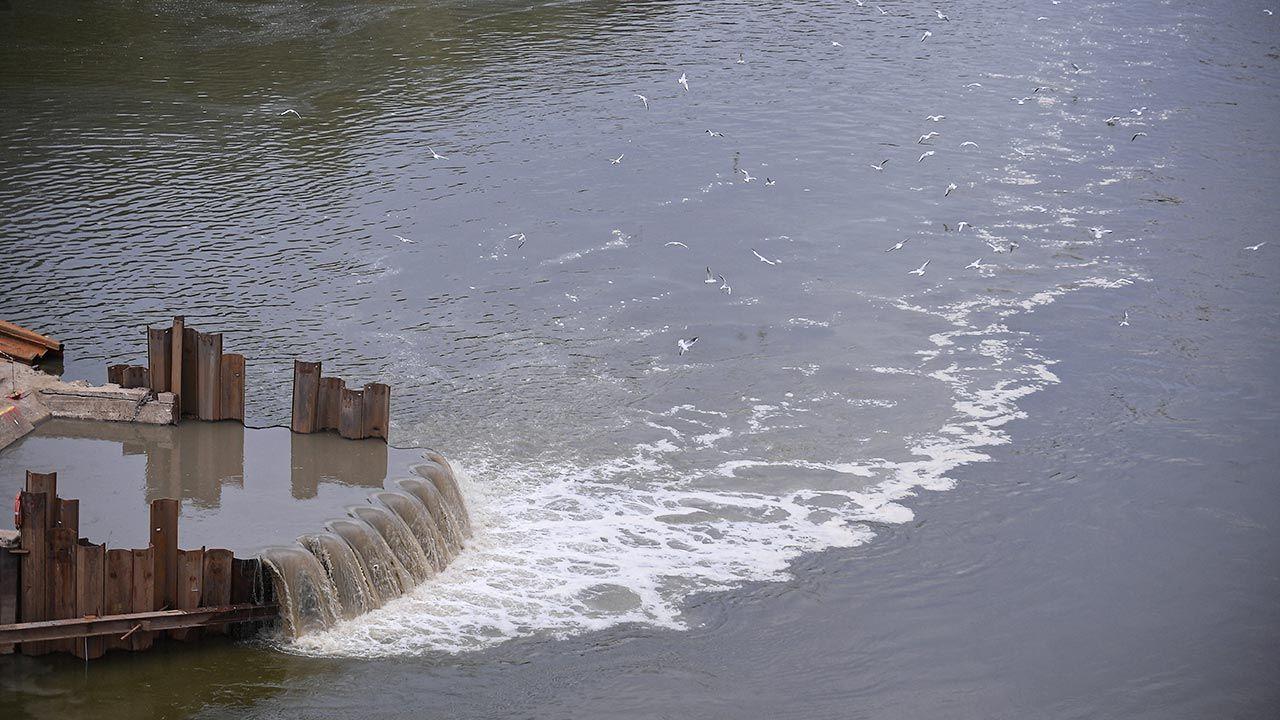 Zrzut ścieków do Wisły jest możliwy w wyjątkowych sytuacjach (fot.  PAP/Marcin Obara, zdjęcie ilustracyjne)