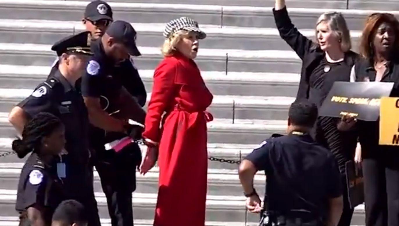 Jane Fonda została skuta kajdankami (fot. źródło: Twitter/@ABC)