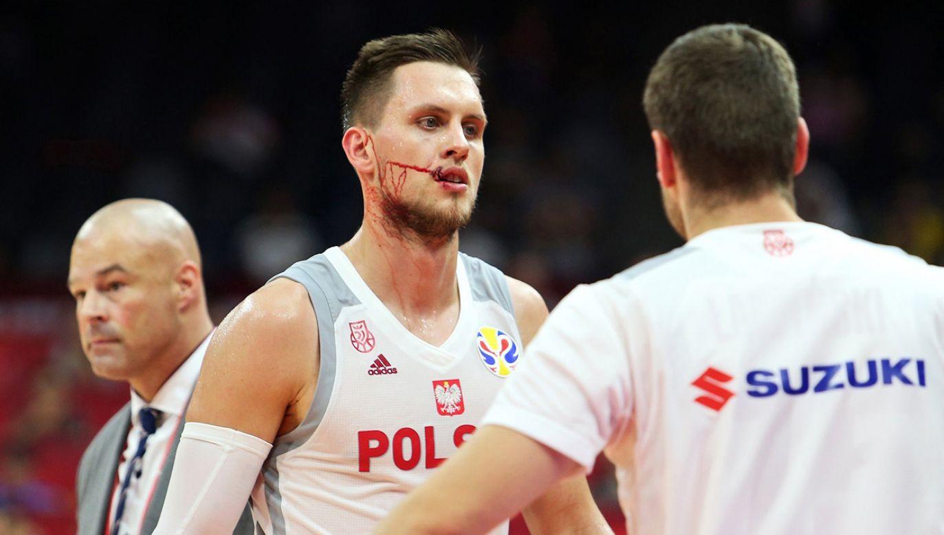 Pod koniec meczu Polak został przypadkowo uderzony w twarz przez innego zawodnika (fot. TT/M.M.Ponitka)