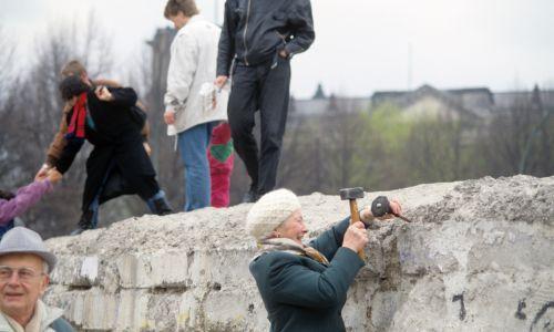 Kobieta odłamuje młotkiem kawałek Muru Berlińskiego, 1989 r. Fot. Adriano Alecchi/Mondadori via Getty Images
