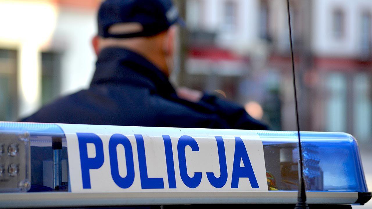Mężczyzna zaatakował policjantów nożem (fot. Shutterstock/DarSzach)