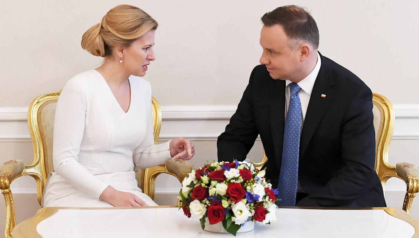 Prezydent Andrzej Duda (P) i prezydent Republiki Słowackiej Zuzana Czaputova (L) podczas rozmowy w cztery oczy w sali Białej Pałacu Prezydenckiego (fot. PAP/Piotr Nowak)