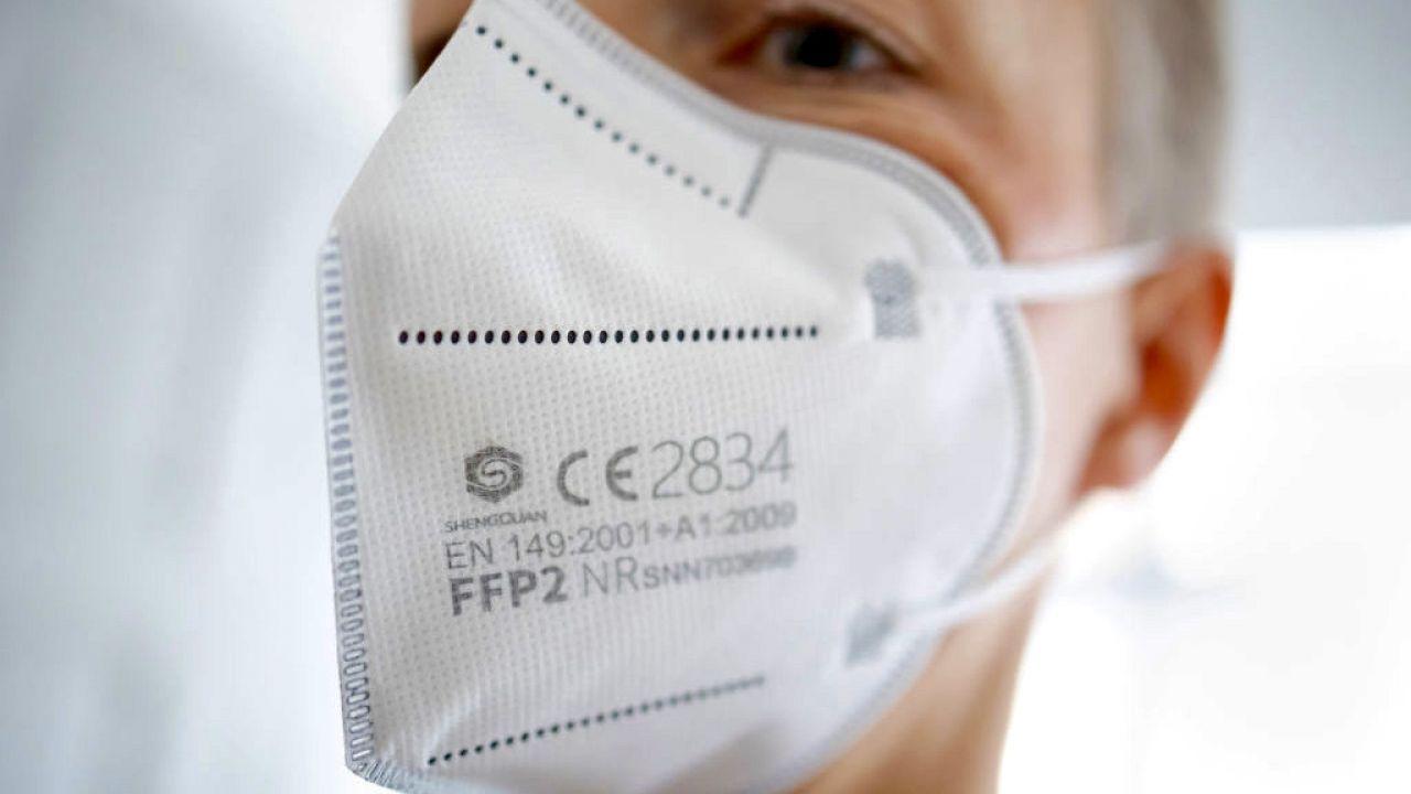 Chińskie maseczki nie są dostosowane do europejskich rysów twarzy (fot. T.Trutschel/Photothek/Getty Images)