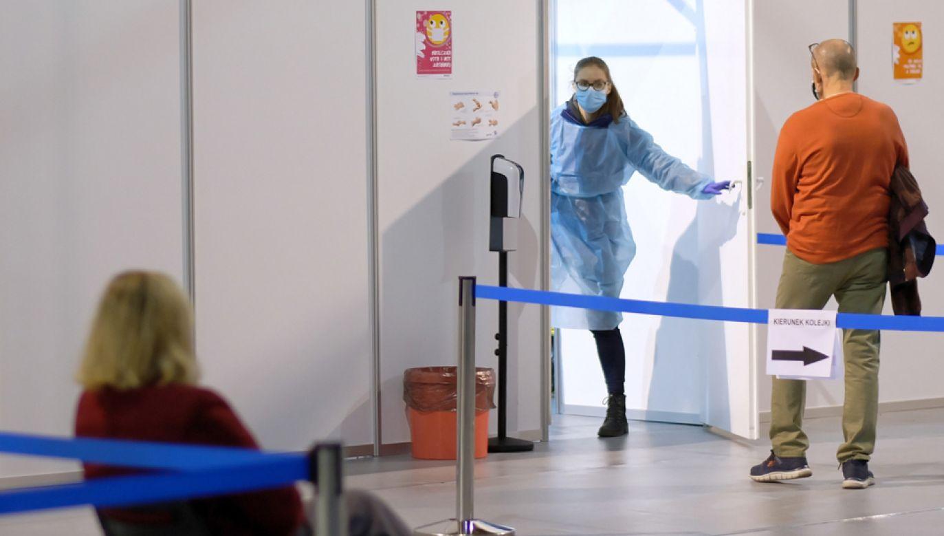 W ostatnich 10 dniach zapisało się na konkretne terminy szczepienia ponad 900 tys. osób powyżej 60. roku życia (fot. PAP/Andrzej Grygiel)