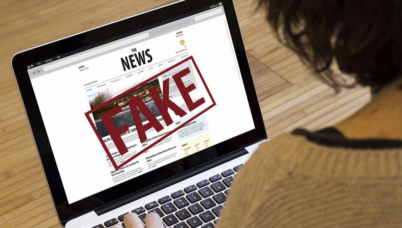 Aplikacja #FakeHunter to naturalne uzupełnienie stworzonych już wcześniej przez Polską Agencję Prasową narzędzi do wyszukiwania fałszywych informacji na temat koronawirusa krążących w Internecie (fot. Shutterstock/McLittle Stock)