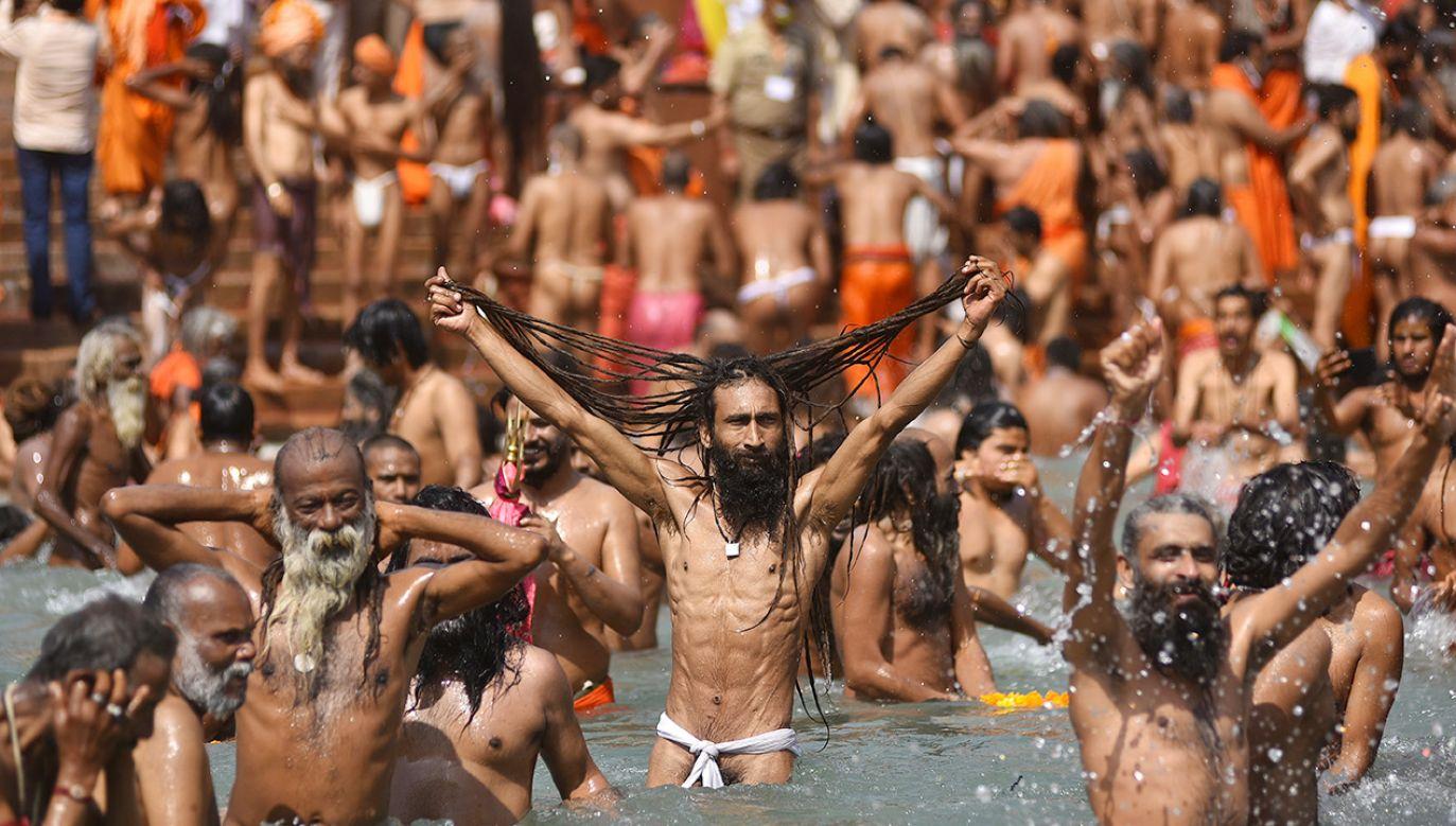 Setki zakażeń koronawirusem podczas obchodów hinduistycznego święta (fot. PAP/EPA/IDREES MOHAMMED)