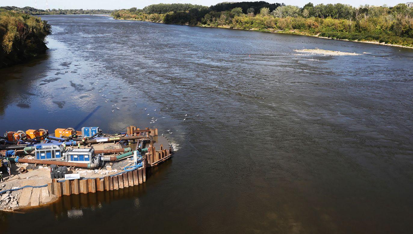 Zrzut udało się zatrzymać po tym, jak decyzją rządu na Wiśle wybudowano most pontonowy na którym ułożono tymczasowy rurociąg (fot. PAP/Tomasz Gzell)
