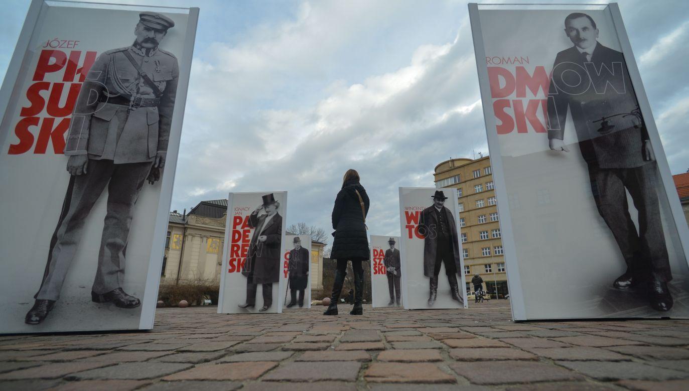 """Józef Piłsudski i Roman Dmowski, wieczni rywale na wystawie """"Ojcowie Niepodległości"""" w Krakowie w 2017 roku. Fot. Artur Widak/NurPhoto via Getty Images"""