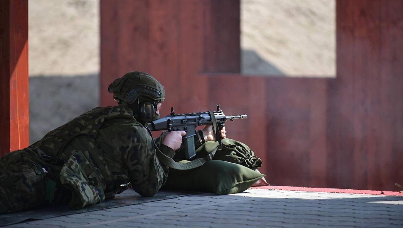 To pomoc dla uczniów klas mundurowych i promocja sportu strzeleckiego (fot. PAP/Marcin Obara)