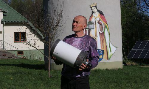 Wyróżniała się pośród innych władców ogromną dobrocią i mądrością. To mnie zachwycało – mówi dr Bogdan Wszołek, który nazwał swoje prywatne Obserwatorium Astronomiczne w Rzepienniku Biskupim koło Tarnowa imieniem Królowej Jadwigi. Fot. archiwum prywatne Bogdana Wszoły
