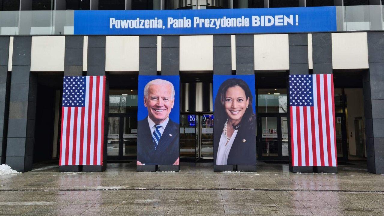 Joe i Kamala na fasadzie budynku Urzędu Marszałkowskiego Województwa Wielkopolskiego w Poznaniu. Włazidupstwo nie zna granic.