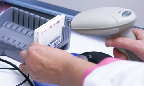Automatyczne wykonanie testu lekowrażliwości na płytce do identyfikacji bakteriologicznej Karta Vitek Biomerieux, umożliwiającej identyfikację bakterii w próbce krwi, moczu i ślinie. Fot. BSIP / UIG za pośrednictwem Getty Images