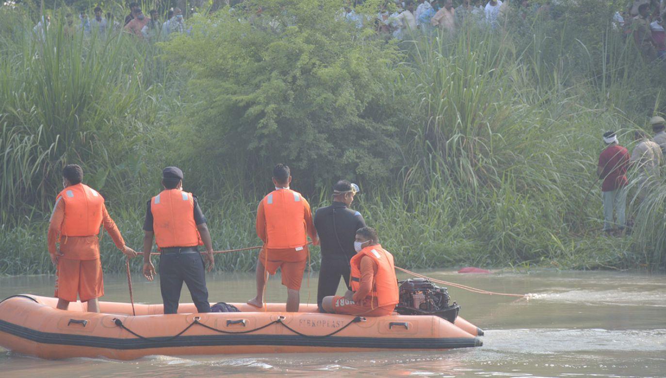 Samochód wjechał prosto do wody, w której zatonął (fot. Sakib Ali/Hindustan Times via Getty Images; zdjęcie ilustracyjne)