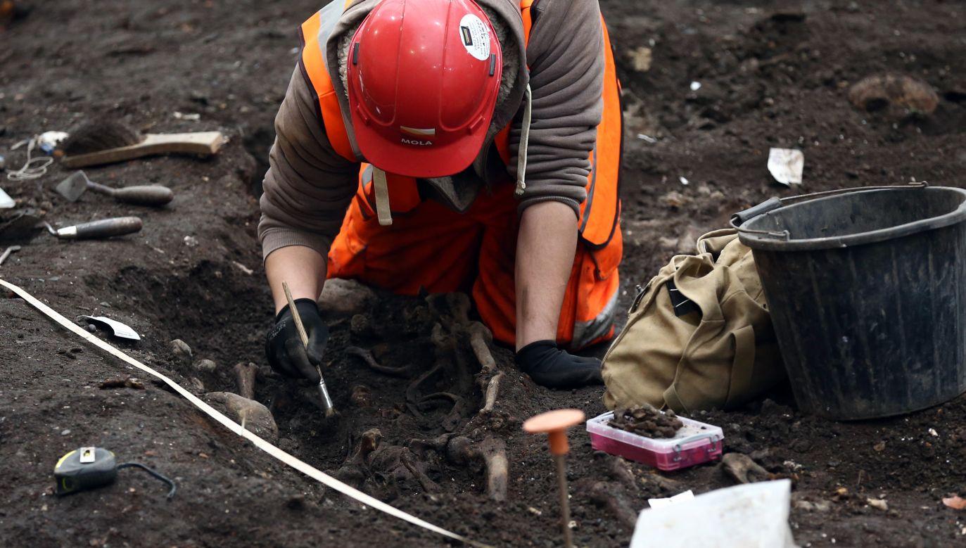 Najczęściej zmarłym kobietom towarzyszą w grobach topory, rzadziej groty strzał lub włócznie (fot. Carl Court/Getty Images, zdjecie ilustracyjne)