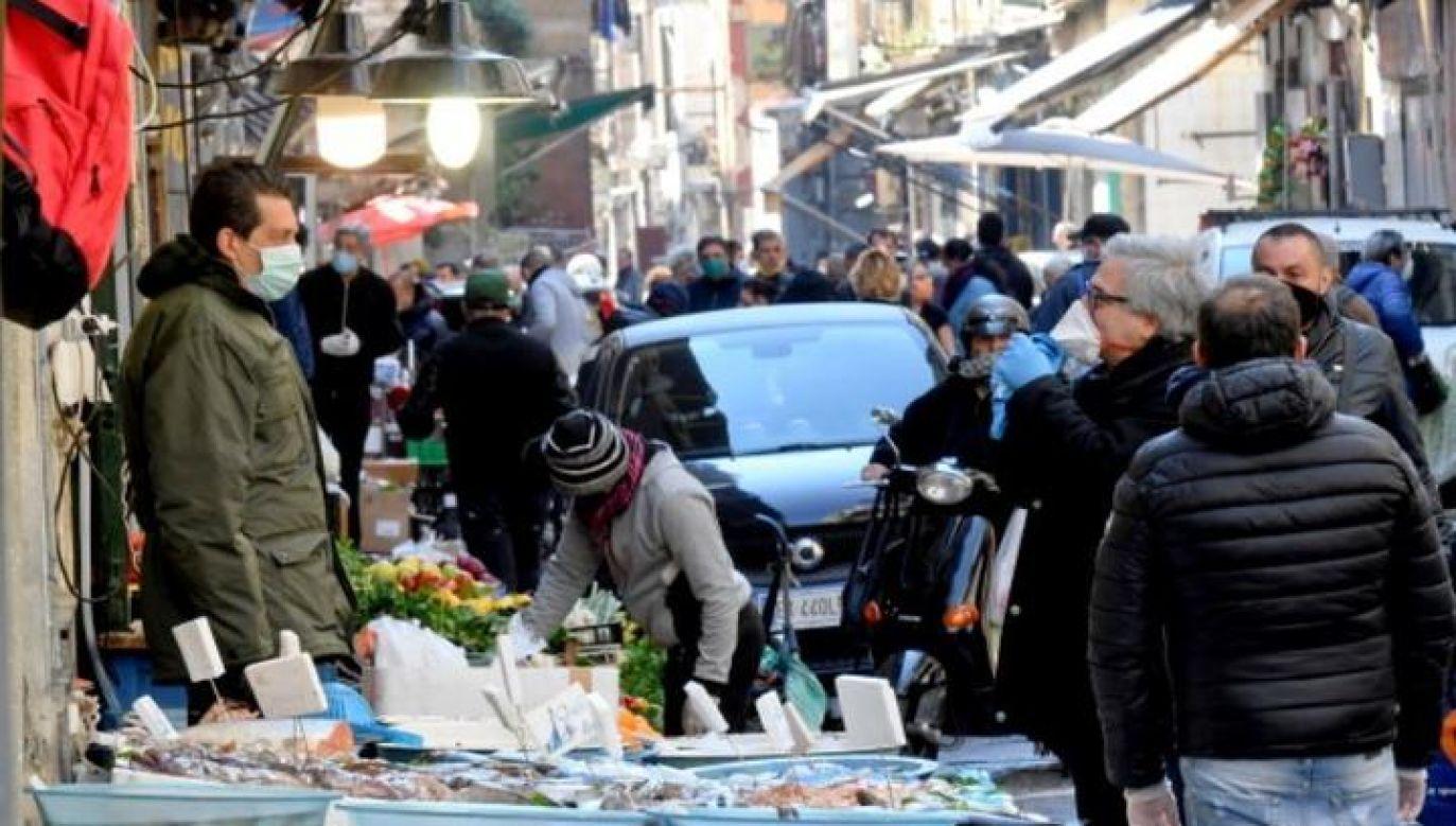 Agencja Ansa poinformowała, że jej fotografowi grożono na neapolitańskim placu, gdy zaczął robić zdjęcia obecnym tam tłumom (zdjęcie ilustracyjne, fot. PAP/EPA)