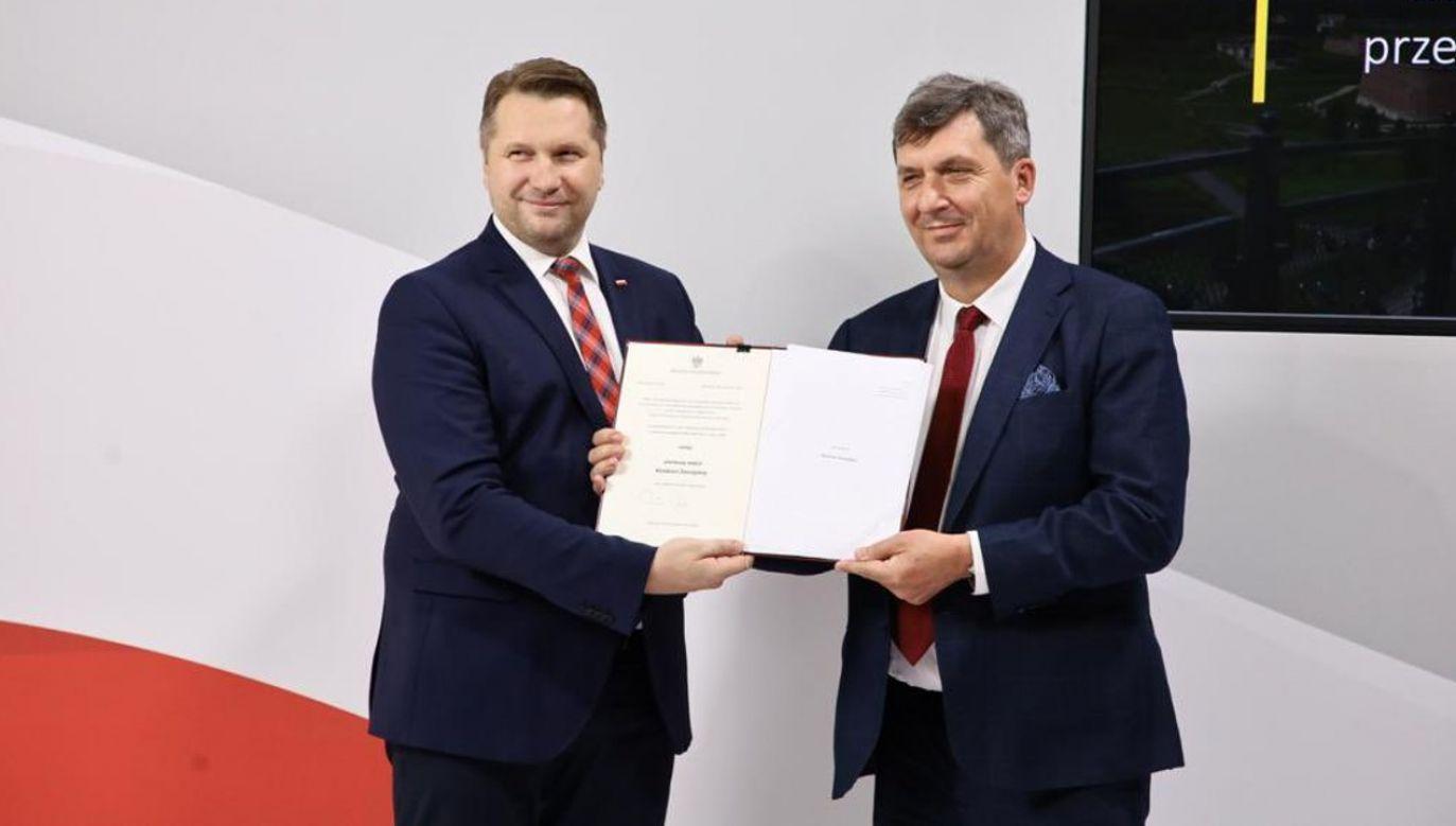 Minister Czarnek  wręczył dokument nadania pierwszego statutu Akademii Zamojskiej na ręce prof. Pawła Skrzydlewskiego (fot. MEiN)