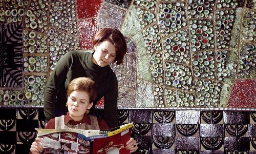 1968 r. Włocławskie Zakłady Ceramiki Stołowej, produkujące oryginalne wyroby fajansowe projektowane przez artystów plastyków. Na ścianach budynku ceramiczna mozaika – sztuka dość rozwinięta w PRL. Fot. PAP/Mariusz Szyperko