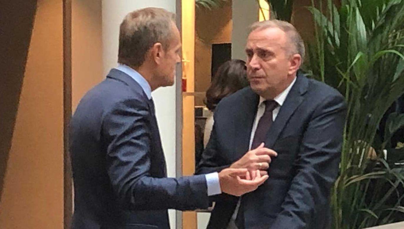Donald Tusk i Grzegorz Schetyna mieli okazję do wymiany zdań podczas czwartkowego spotkania Europejskiej Partii Ludowej w Brukseli (fot. FB/Grzegorz Schetyna)