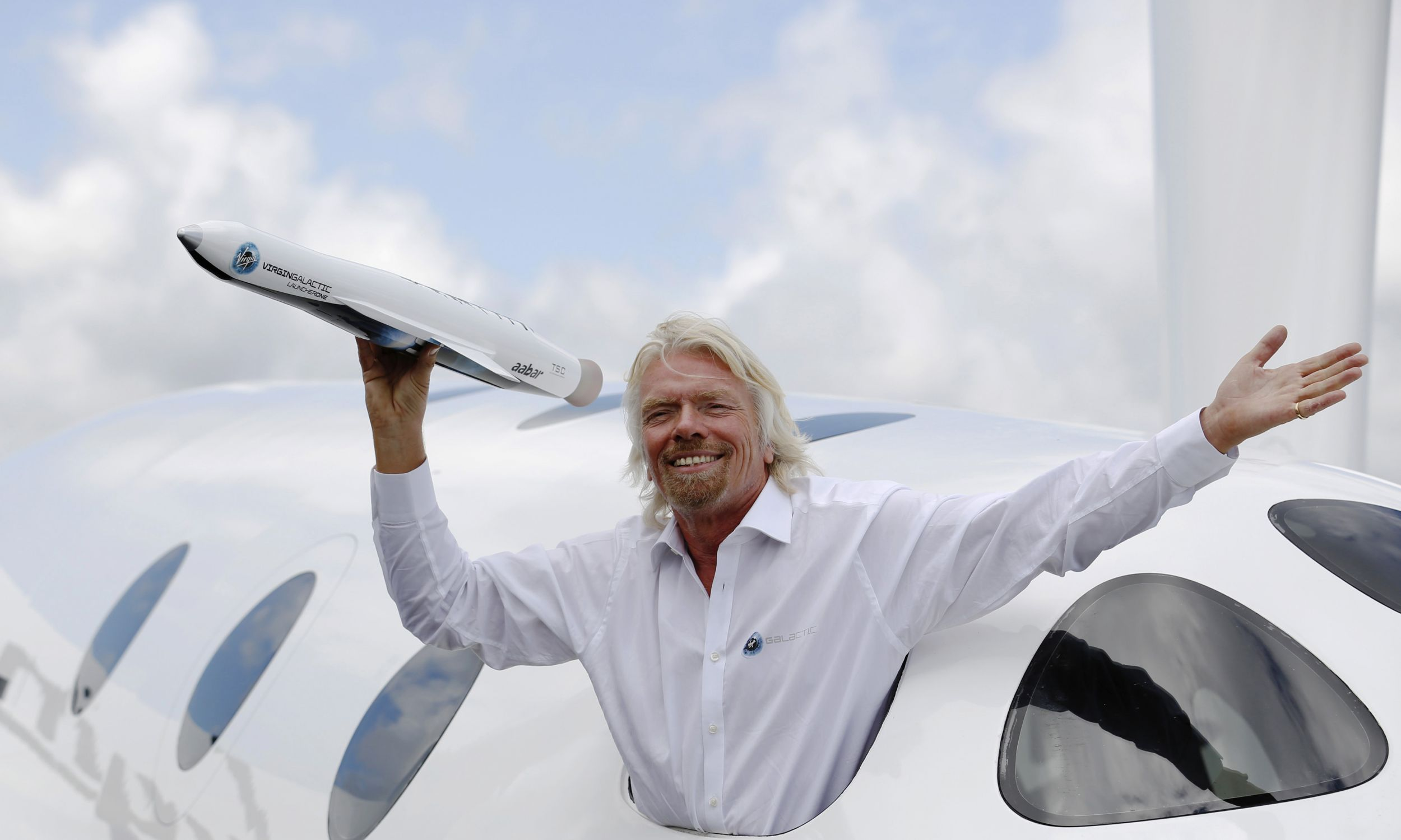 Richard Branson o podróżach w kosmos marzy nie od dziś. W 2012 roku na air show w Farnborough w południowej Anglii osobiście prezentował jeden z modeli swojego statku kosmicznego. Fot. Reuters//Luke MacGregor