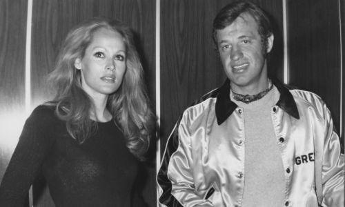 """O Ursuli Andress, która myślała, że Jean-Paul rozwodzi się, by ją poślubić, mówił: """"Tygrysica, zazdrosna jak tygrysica"""". Bo Belmondo ma na swoim koncie wiele związków z pięknościami. Na zdjęciu Andress z Belmondo około 1970 roku. Fot. Archive Photos/Getty Images"""