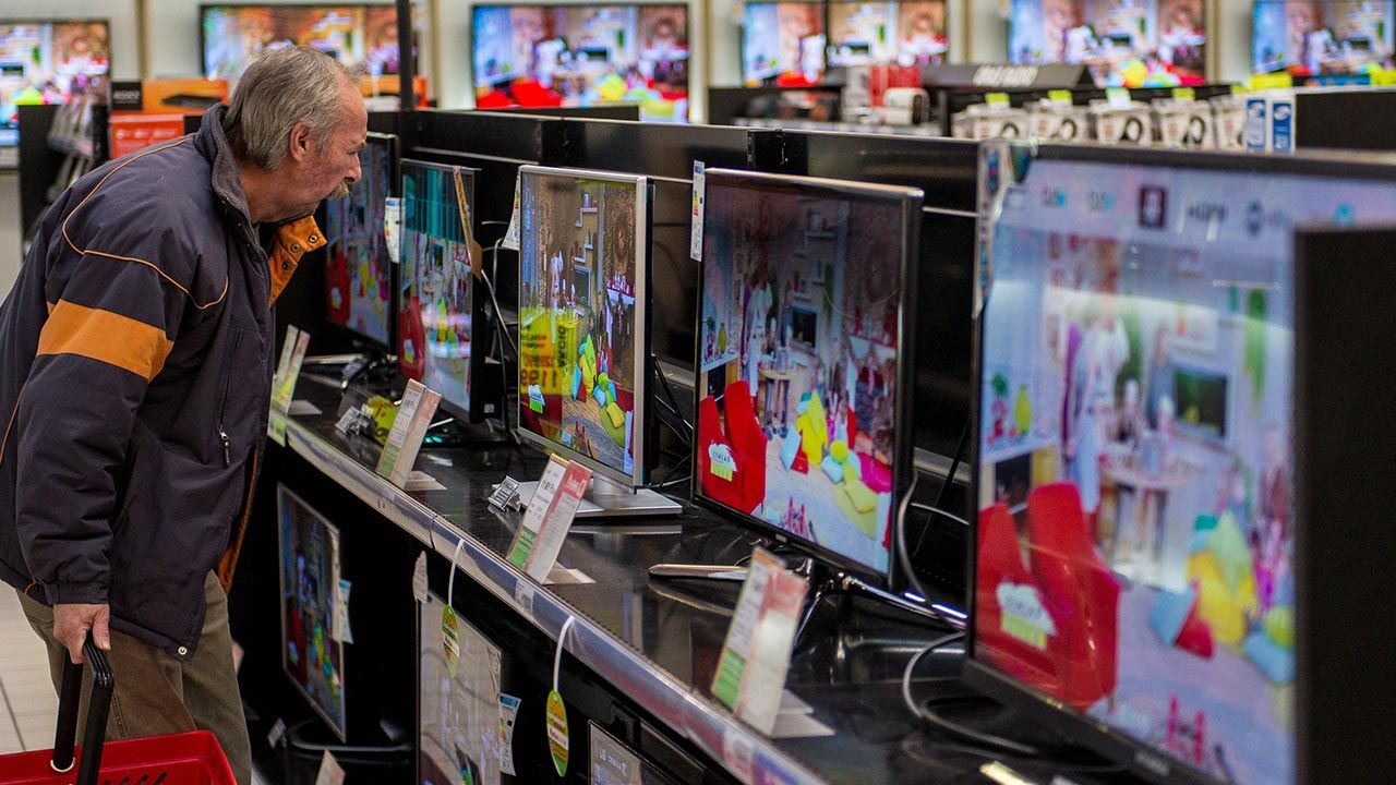 Jaki wybrać telewizor, by odpowiadał nowym standardom? (fot. Shutterstock)