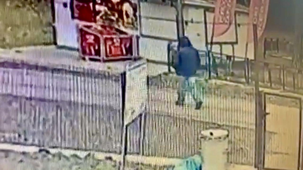 Mężczyznę uchwyciły kamery monitoringu (fot. Policja Wielkopolska)