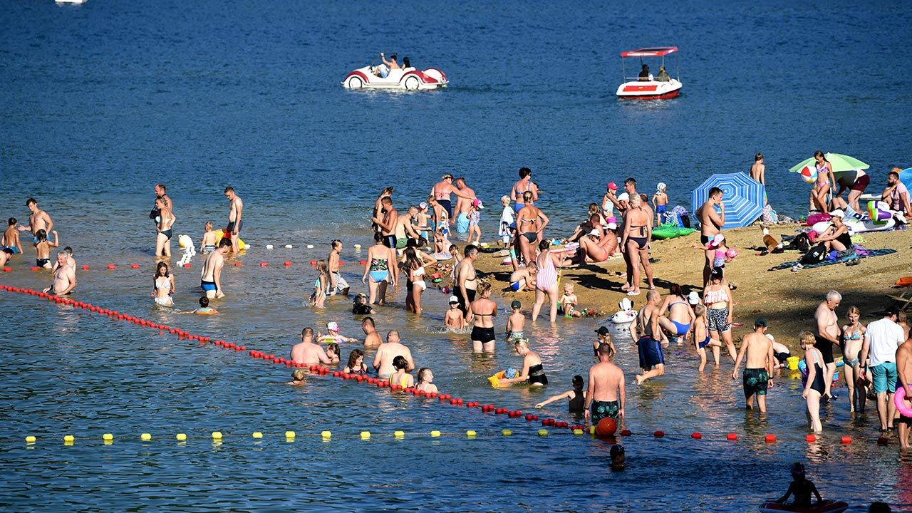 Oficjalny sezon kąpielowy w Polsce trwa od 1 czerwca do 30 września (fot. PAP/Darek Delmanowicz)
