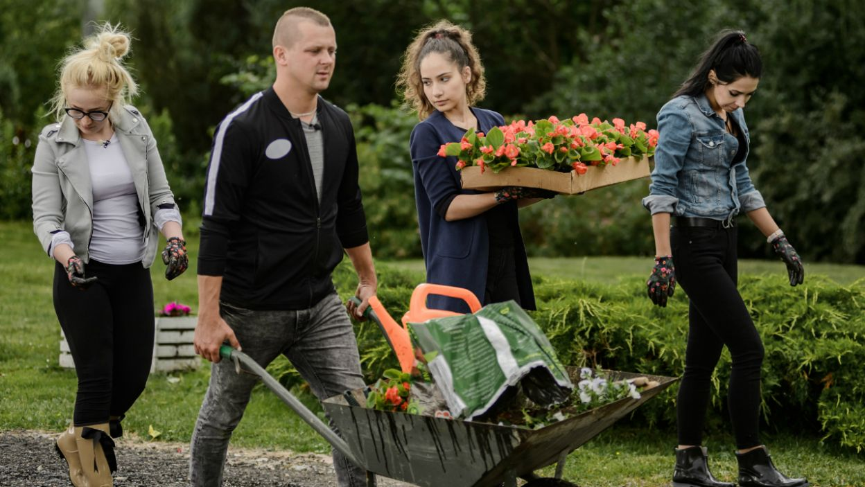 Następnie przyszedł czas na sadzenie kwiatów. Niektóre dziewczyny już mają wizję, jak zagospodarowałyby przestrzeń wokół domu (fot. TVP)