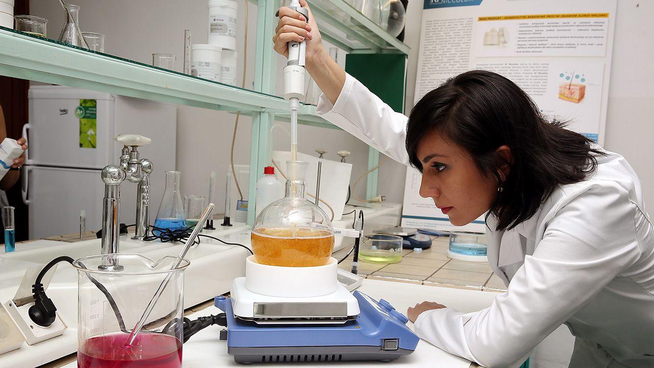 Dr Izabela Anna Zawisza z laboratorium firmy KF Niccolum (fot. arch. PAP/Tomasz Gzell)