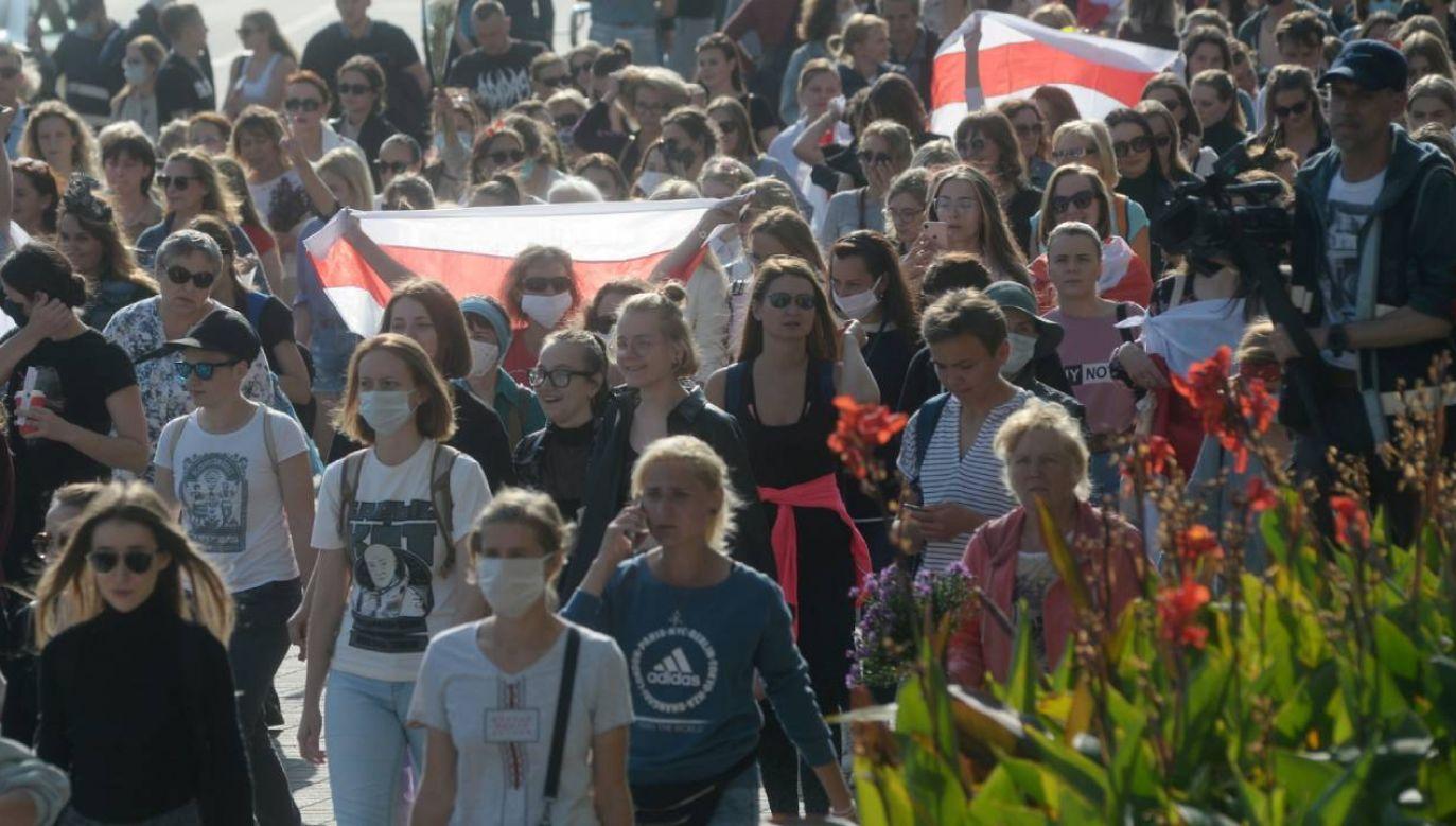 Kobiety szły przez miasto z biało–czerwono–białymi flagami i kwiatami (fot. PAP/EPA/STR)