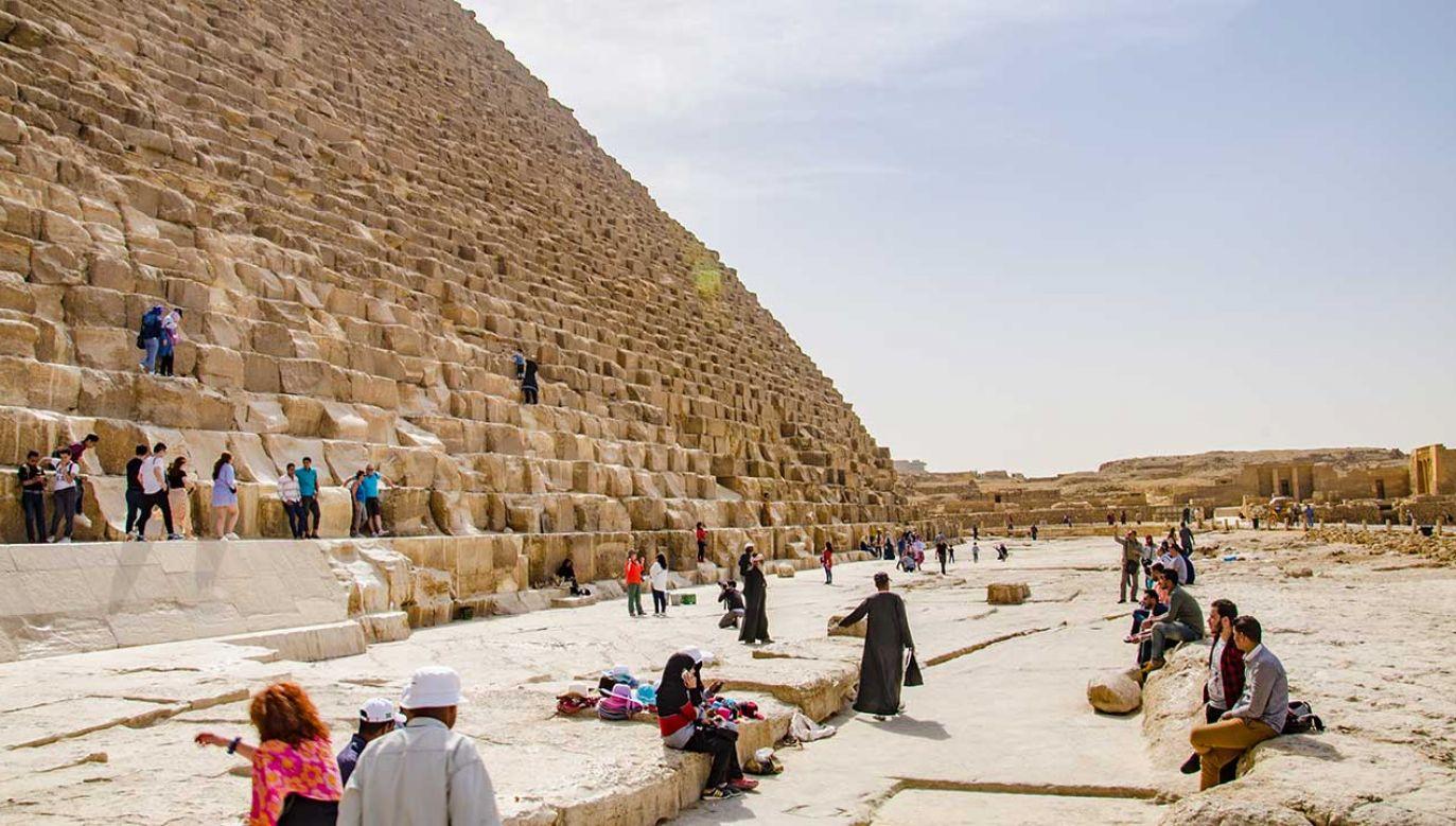 Policja zatrzymała europejskiego turystę za wspinaczkę na Piramidę Cheopsa (fot. Shutterstock/Danilo Strino)