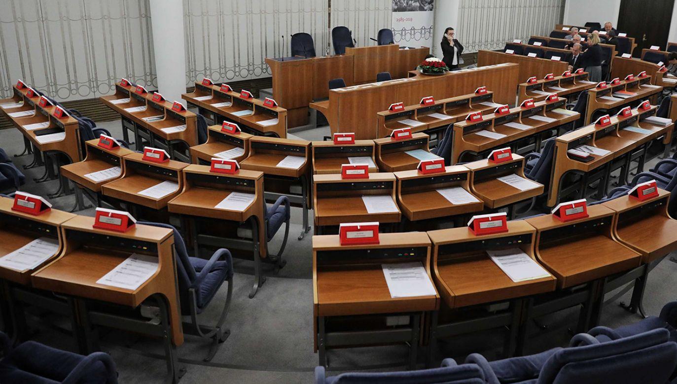 """""""Wszystkim osobom, wchodzącym na teren Senatu będzie mierzona temperatura"""" – informuje CIS (fot. PAP/Tomasz Gzell)"""