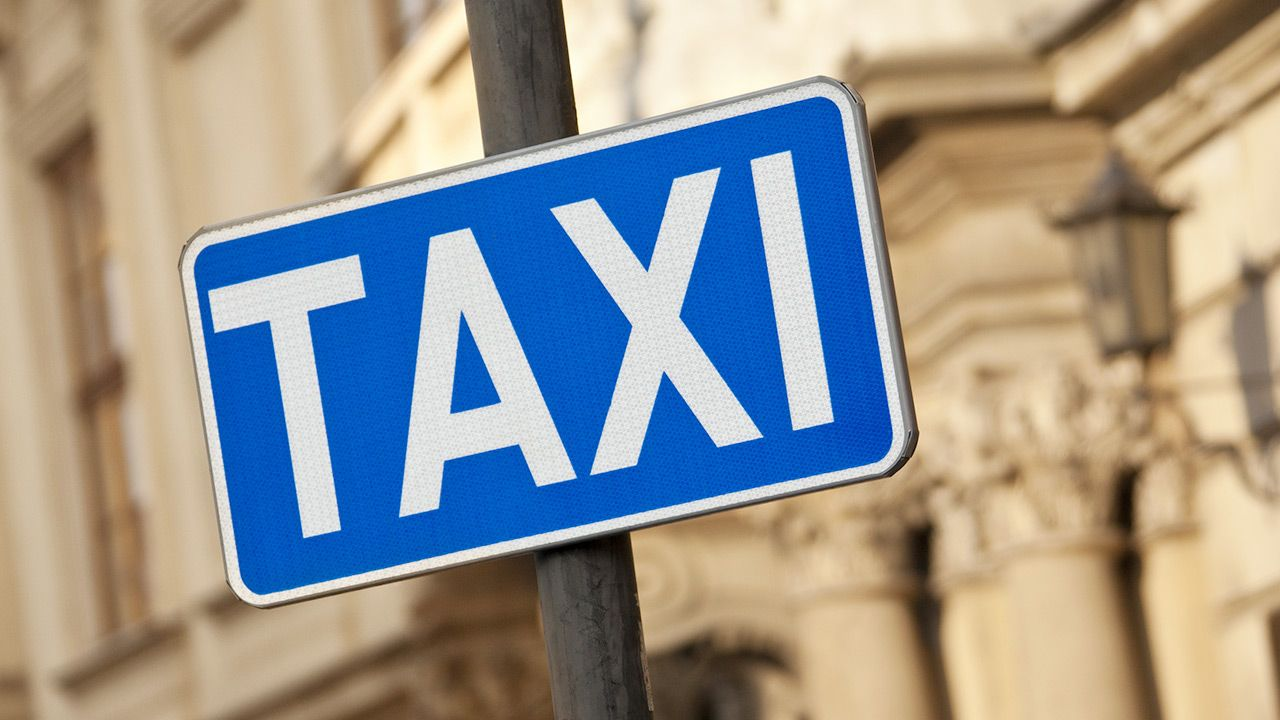 W 2020 roku po ulicach w Warszawie jeździło ponad 17 tys. taksówek (fot. Shutterstock/Steve Allen)
